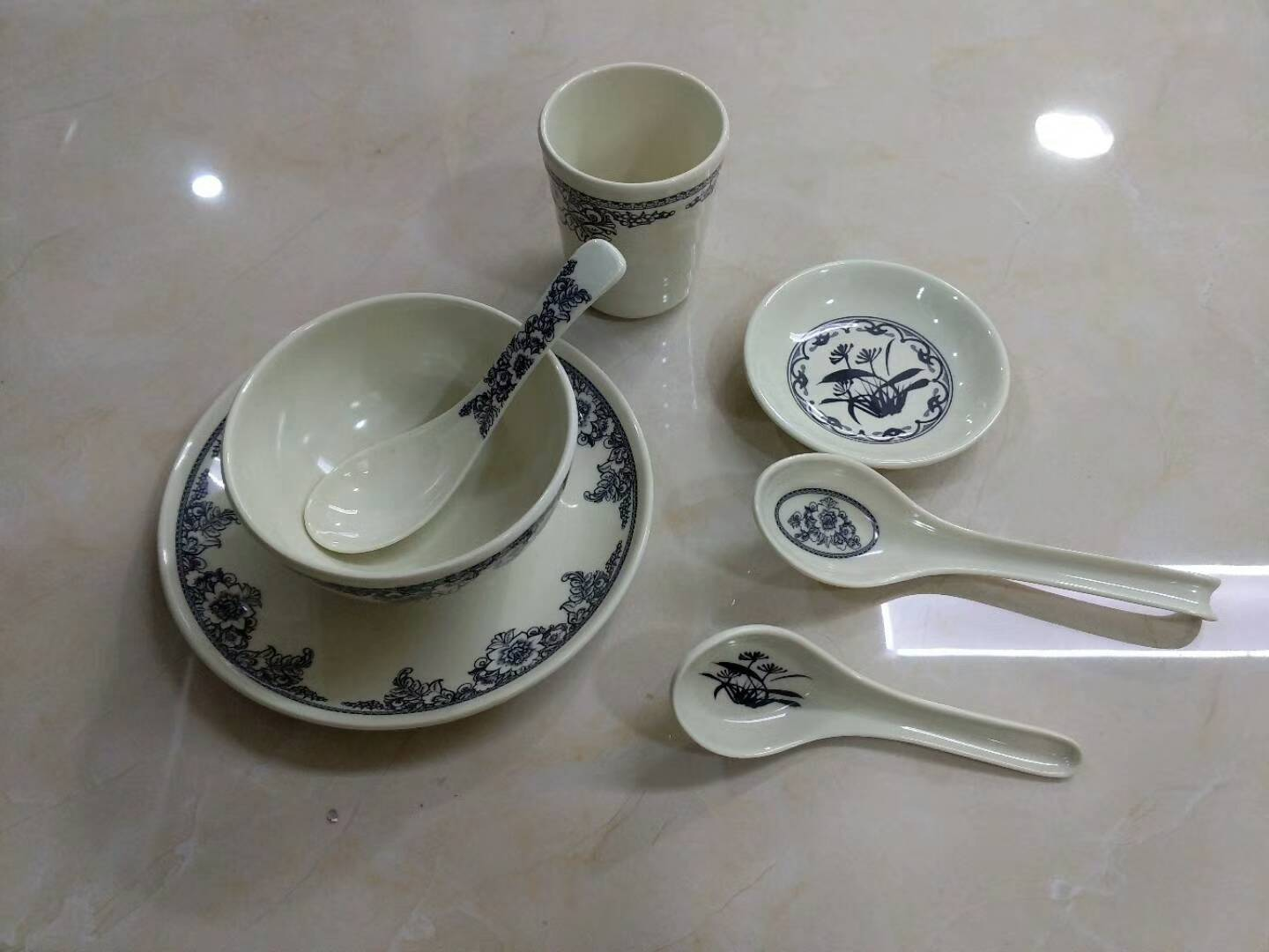 Melamine tableware should be replaced when there is a crack